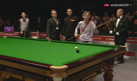Ronnie O'Sullivan cue pinched by fan, who runs round table