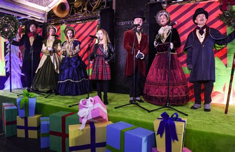 BLOOMINGDALE'S UNVEILS GRINCH-THEMED HOLIDAY WINDOWS